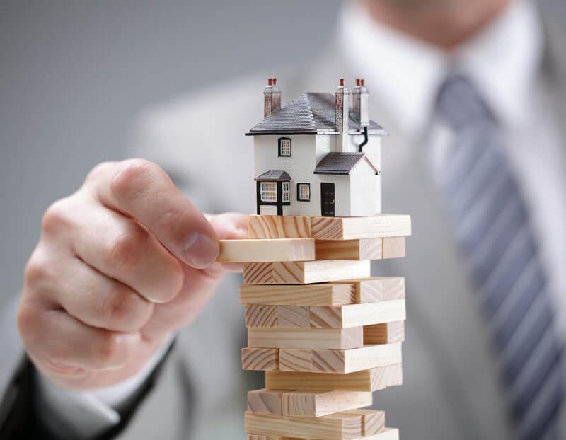 man-stacking-house-on-blocks